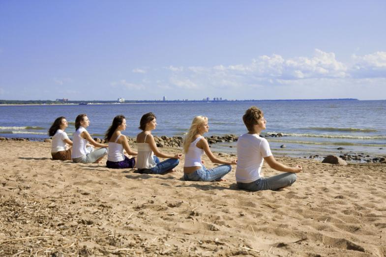 Mediteren op het strand van Oostende tijdens de Qigong 2-daagse